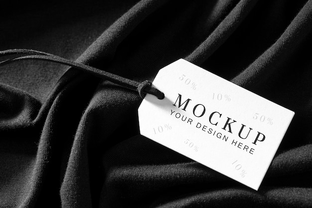 Maquette de l'étiquette de vêtements sur tissu doux noir