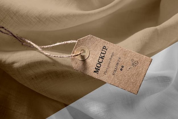 Maquette d'étiquettes de vêtements sur tissu doux