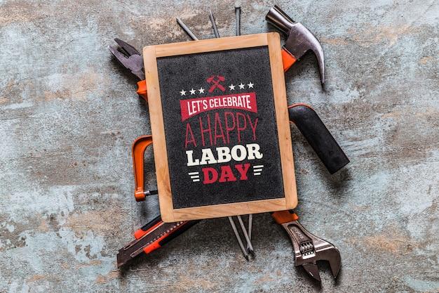 Maquette de la fête du travail avec ardoise et outils