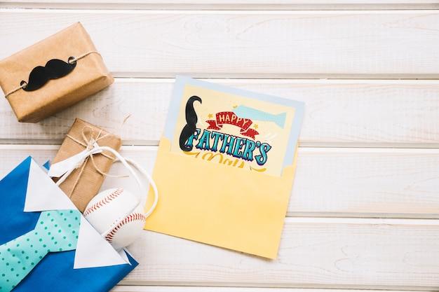 Maquette de fête des pères avec carte dans l'enveloppe