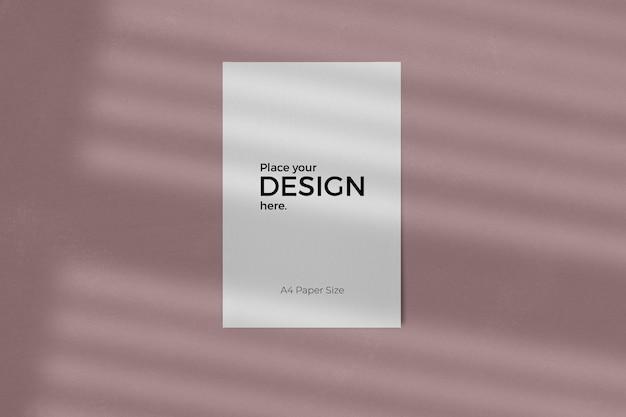 Maquette de feuille d'entreprise avec effet d'ombre de fenêtre sur le mur rose de texture