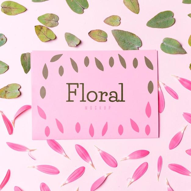 Maquette florale avec pétales et feuilles