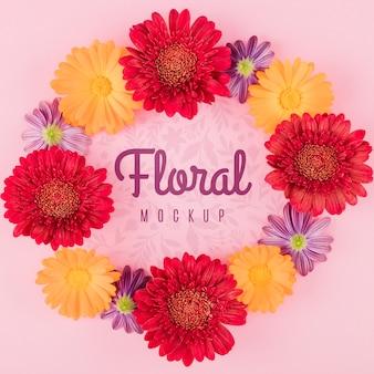 Maquette florale vue de dessus avec guirlande de fleurs