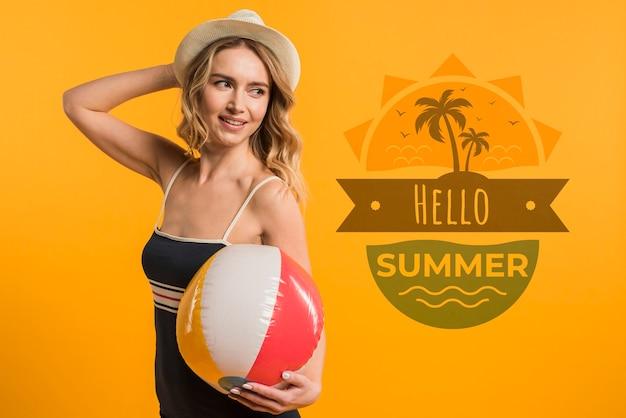 Maquette de fond avec le concept de l'été à côté de jolie femme