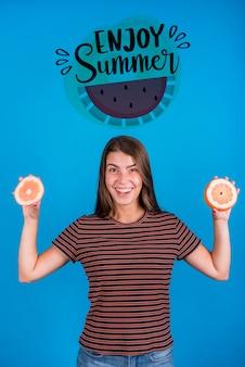 Maquette de fond pour l'été avec une femme joyeuse