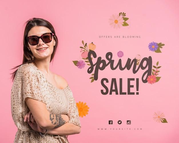 Maquette de fond pour une vente de printemps avec une femme séduisante