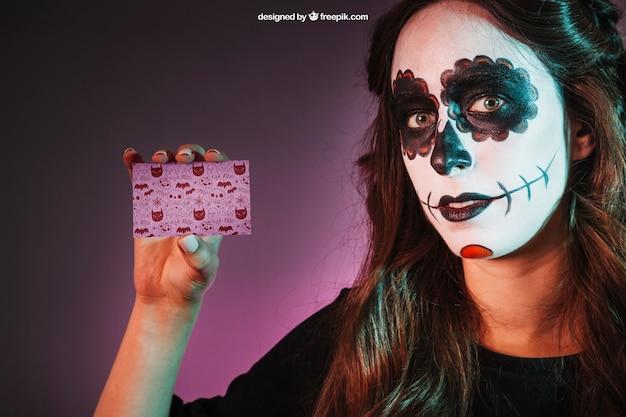Maquette d'halloween avec une fille montrant la carte de visite
