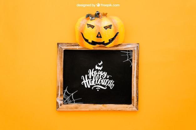 Maquette de halloween avec potiron op top of slate