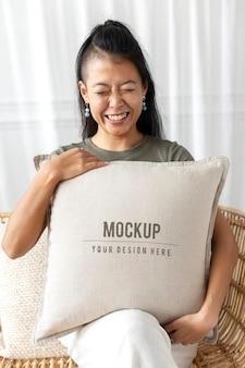 Maquette de housse de coussin d'oreiller psd dans un design d'intérieur beige