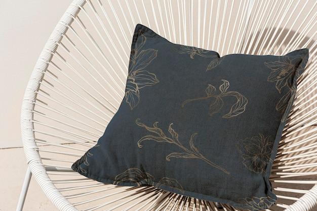 Maquette de housse de coussin d'oreiller psd dans un design d'intérieur à motif floral