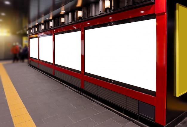 Maquette image de panneaux d'affichage vierges à écran blanc et menés dans la station de métro à des fins publicitaires