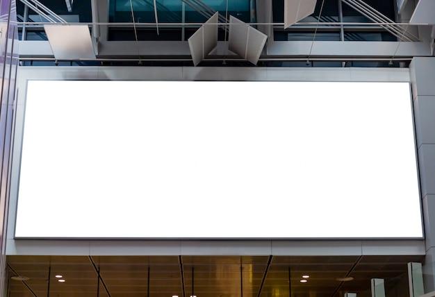 Maquette image de panneaux d'affichage vierges et menée dans le terminal de l'aéroport à des fins publicitaires