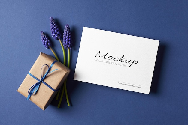 Maquette d'invitation ou de carte de voeux avec boîte-cadeau et fleurs de muscari bleu printemps