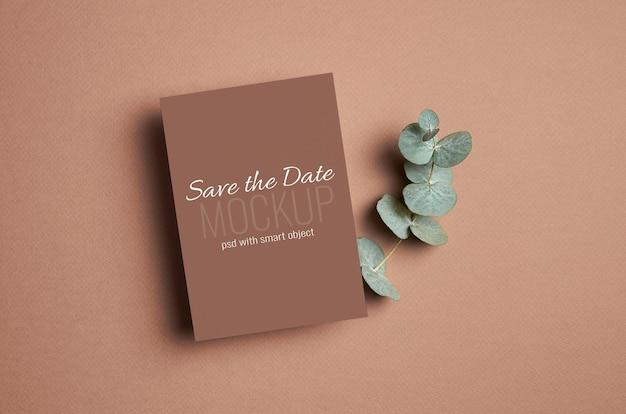 Maquette d'invitation ou de carte de voeux avec brindille d'eucalyptus