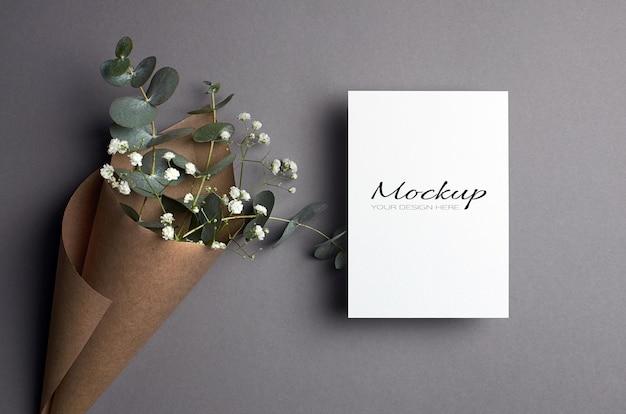 Maquette d'invitation ou de carte de voeux avec des brindilles d'eucalyptus et d'hypsophile