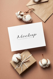Maquette d'invitation ou de carte de voeux avec enveloppe, boîte-cadeau et fleurs de coton naturel