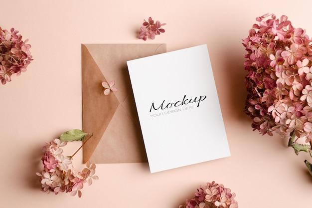 Maquette d'invitation ou de carte de voeux avec enveloppe et fleurs d'hortensia rose