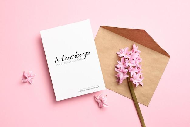 Maquette d'invitation ou de carte de voeux avec enveloppe et fleurs de jacinthe de printemps