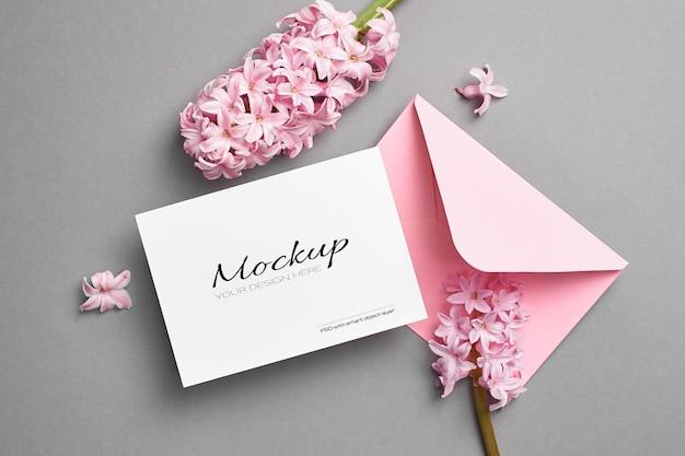 Maquette d'invitation ou de carte de voeux avec enveloppe rose et fleurs de jacinthe