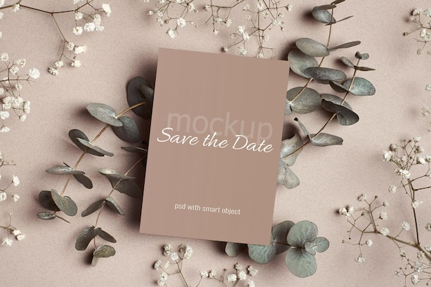 Maquette d'invitation ou de carte de voeux avec eucalyptus et hypsophila blanche