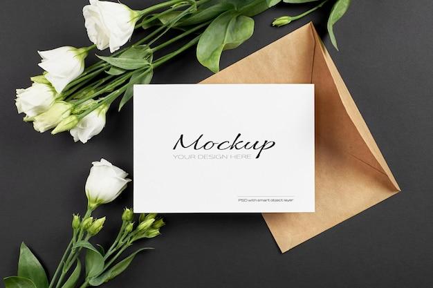 Maquette d'invitation ou de carte de voeux avec des fleurs d'eustoma blanches sur fond noir