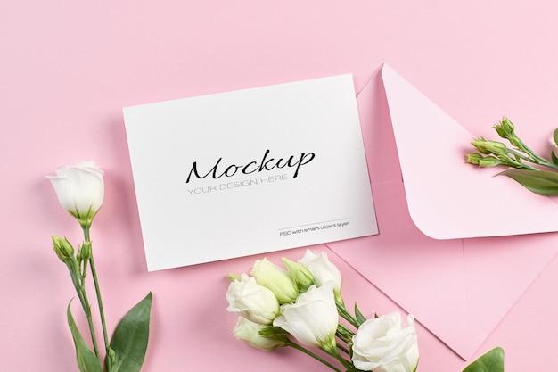 Maquette d'invitation ou de carte de voeux avec des fleurs d'eustoma blanches