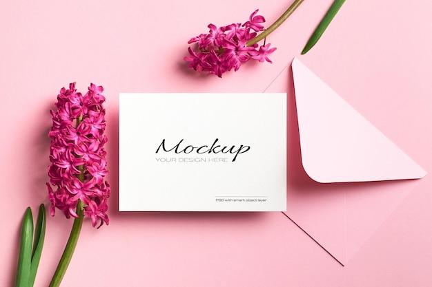 Maquette d'invitation ou de carte de voeux avec des fleurs de jacinthe de printemps