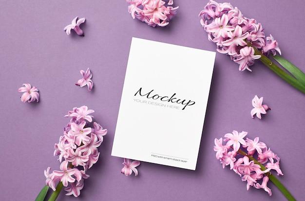 Maquette d'invitation ou de carte de voeux avec des fleurs de jacinthe rose