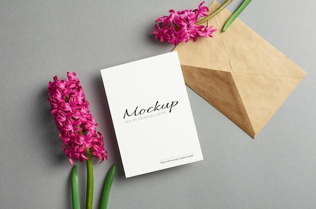 Maquette d'invitation ou de carte de voeux avec des fleurs de jacinthe