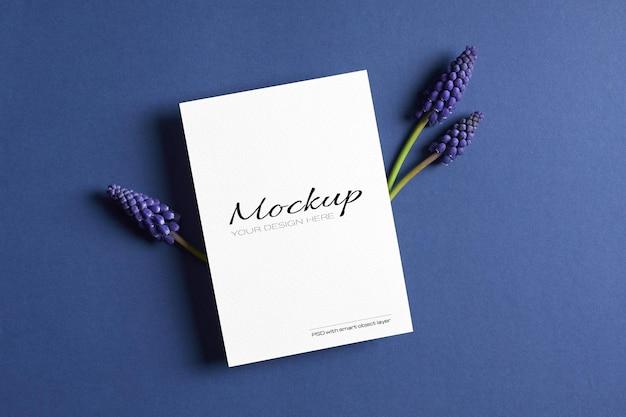 Maquette d'invitation ou de carte de voeux avec des fleurs de muscari bleu de printemps