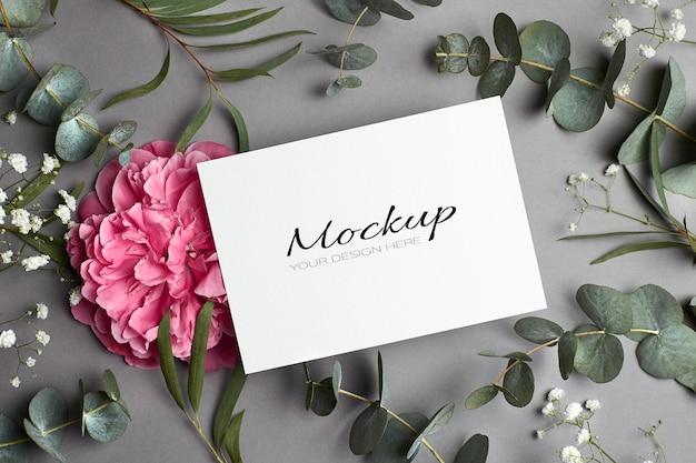 Maquette d'invitation ou de carte de voeux avec des fleurs de pivoine, hypsophila