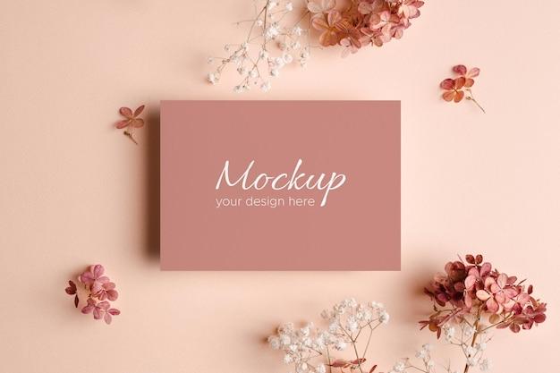 Maquette d'invitation ou de carte de voeux avec des fleurs roses de gypsophile et d'hortensia