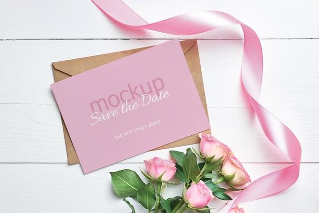 Maquette d'invitation ou de carte de voeux avec des fleurs de roses roses et un ruban