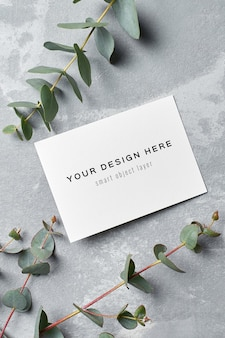 Maquette d'invitation de mariage avec des brindilles d'eucalyptus