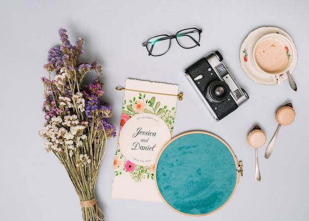 Maquette d'invitation de mariage avec concept floral
