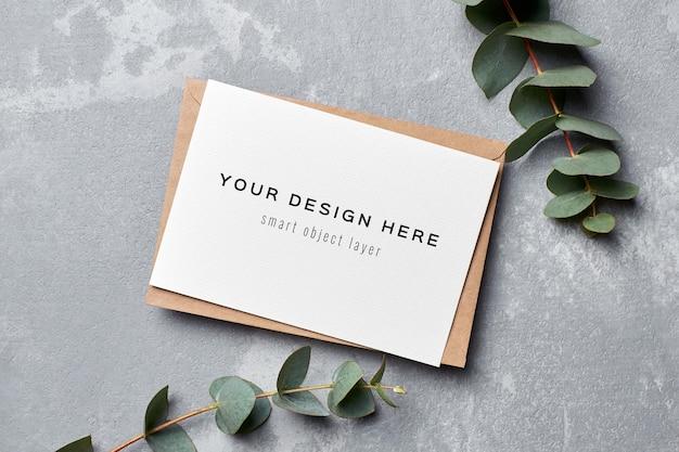 Maquette d'invitation de mariage avec enveloppe et brindilles d'eucalyptus
