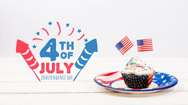 Maquette de jour de l'indépendance avec petit gâteau