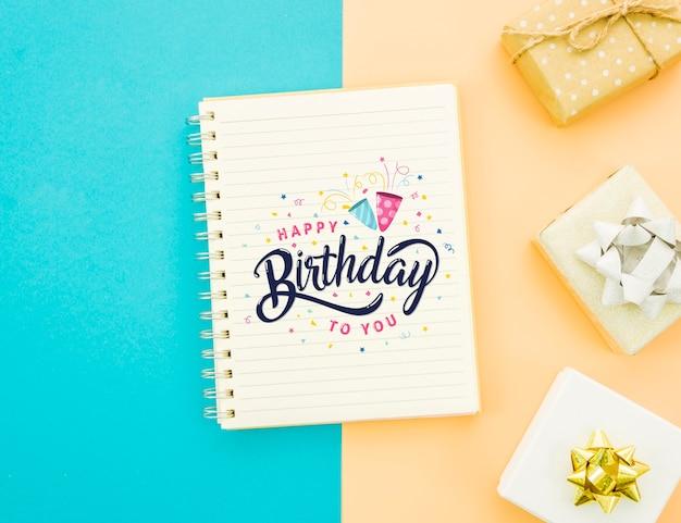 Maquette de joyeux anniversaire et cadeaux emballés