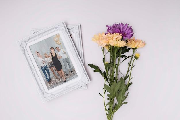 Maquette de joyeux anniversaire avec des fleurs et des souvenirs