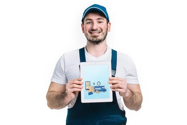Maquette de livraison avec tablette montrant homme