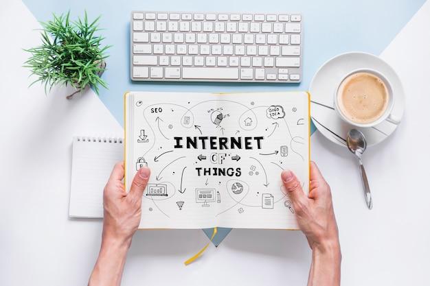 Maquette de livre avec le concept d'internet des choses