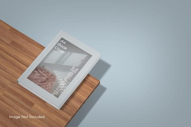 Maquette de livre de couverture près d'une planche de bois