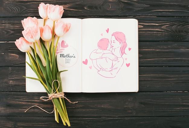 Maquette de livre ouvert avec le concept de la fête des mères