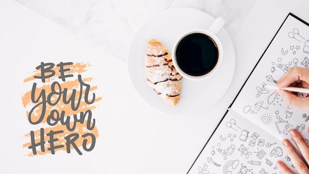 Maquette de livre ouvert à plat avec café et croissant