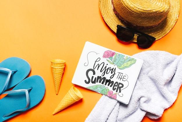 Maquette de livre ouvert plat poser avec des éléments de l'été