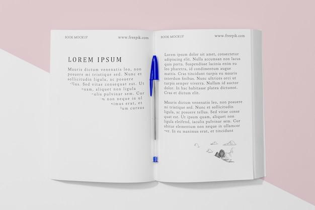 Maquette de livre ouvert vue de dessus avec stylo