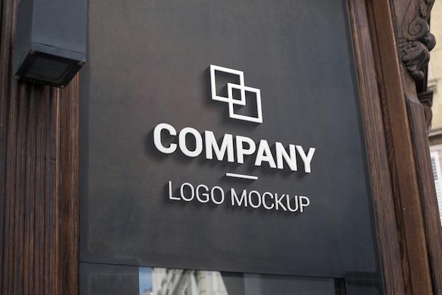 Maquette de logo 3d sur une surface extérieure sombre. image de marque, promotion de la conception de logo