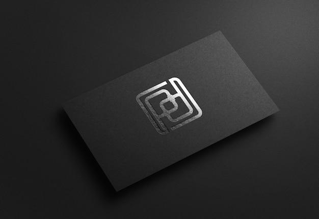 Maquette de logo argent de luxe sur carte de visite noire