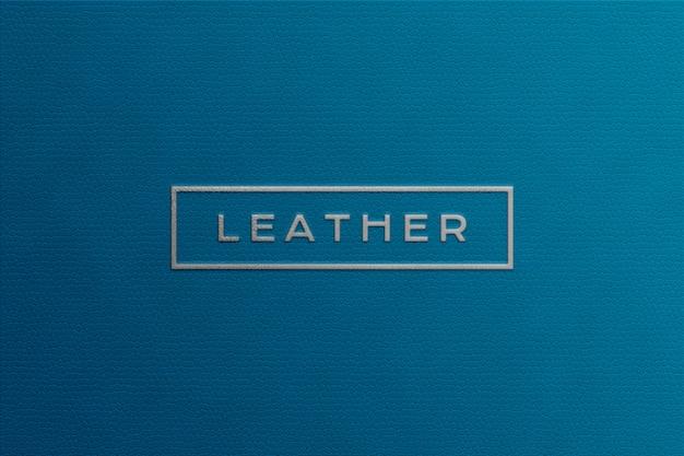 Maquette de logo argenté sur cuir de couleur bleue