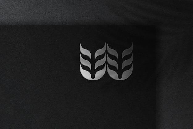 Maquette de logo argenté sur papier foncé